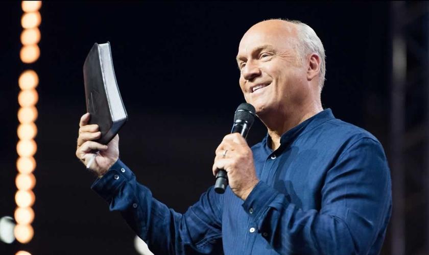 Greg Laurie é pastor e evangelista, fundador da igreja Harvest Christian Fellowship, em Riverside, Califórnia - EUA. (Imagem: Youtube / Reprodução)