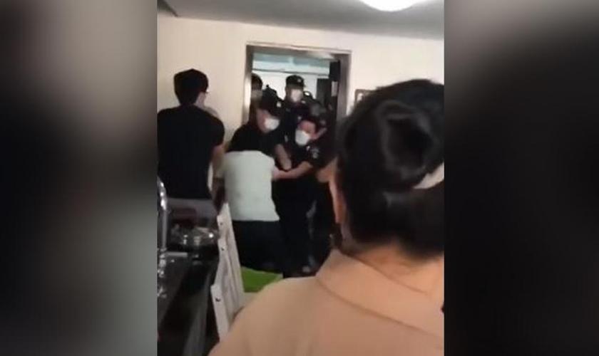 Cristãos foram agredidos por policiais que interromperam um culto no sudeste da China. (Imagem: Youtube / Reprodução)