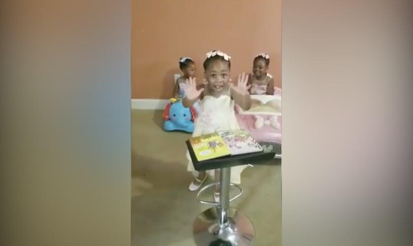 Imagens da pequena Grace, que improvisou um púlpito e pregou para as irmãs. (Foto: Harmony Love)