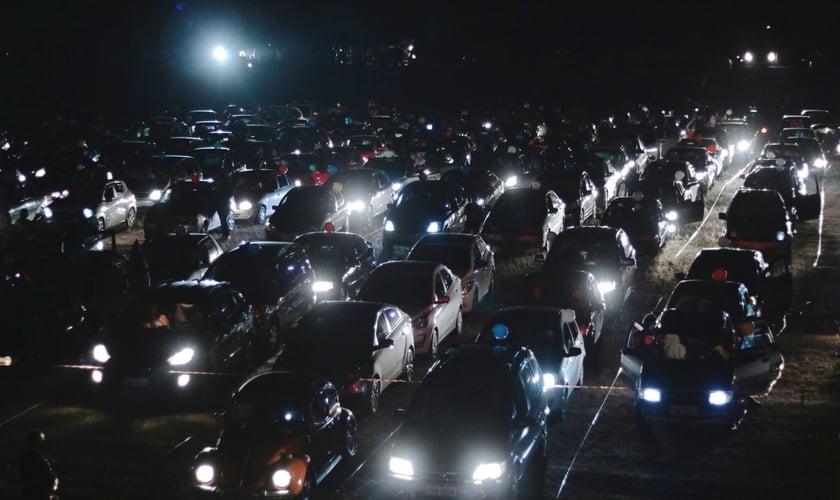 Estacionamento lotado de automóveis dos fiéis que participaram do culto drive-in, no sábado (6). (Foto: Reprodução/Facebook)
