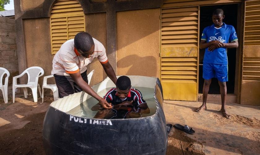 Pastor de Burkinabé, Bonogo Fulgence, batiza dois caminhoneiros em Ouagadougou, Burkina. (Foto: Reprodução / IMB)