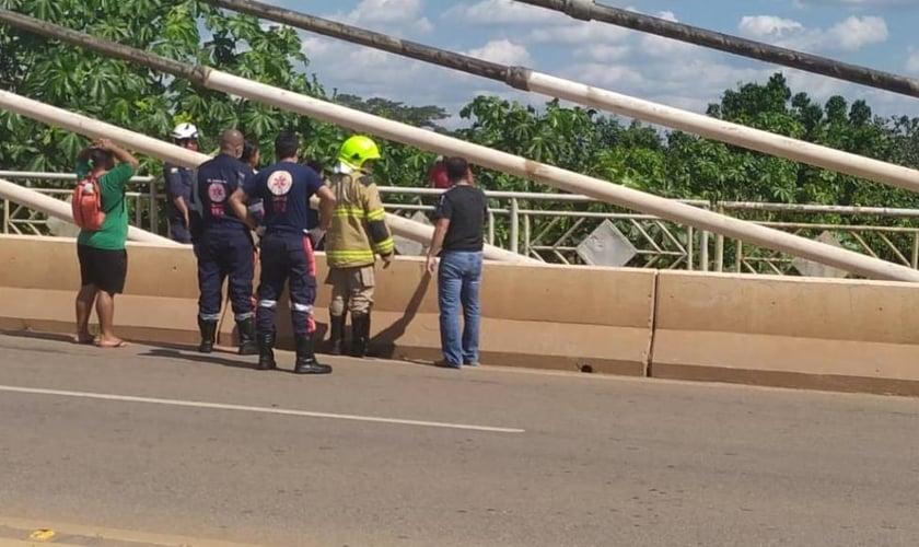 Oração de policiais impede mulher de cometer suicídio em ponte de Rio Branco. (Foto: Reprodução)