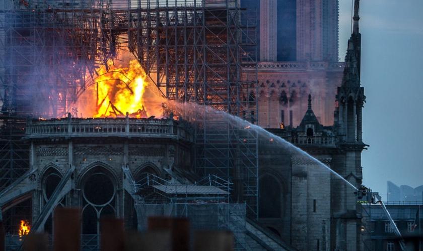 Incêndio na Catedral de Notre Dame, em abril de 2019, chamou a atenção para ataques contra igrejas na França. (Foto: Veronique de Viguerie/Getty Images)