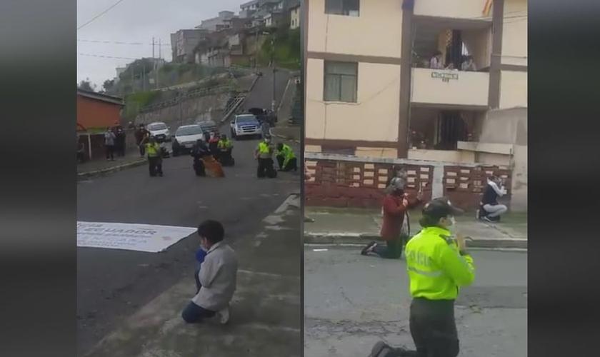 Policiais e civis ajoelhados em oração nas ruas de Quito, capital do Equador. (Foto: Reprodução/Facebook)