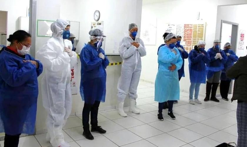 Membros da Igreja Luz da Vida oram com funcionários do Hospital Cirúrgico Camboriú (HCC). (Foto: Reprodução / Itajaí Info)