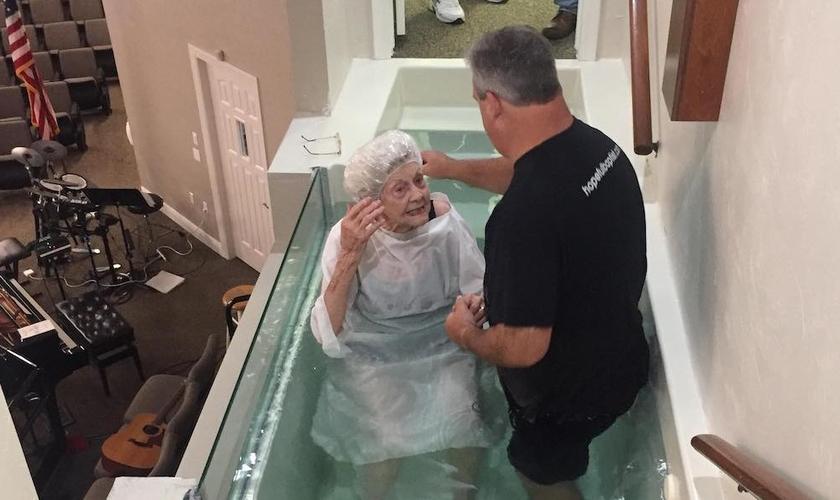 Betty Schoch durante seu batismo. (Foto: Reprodução / BP)