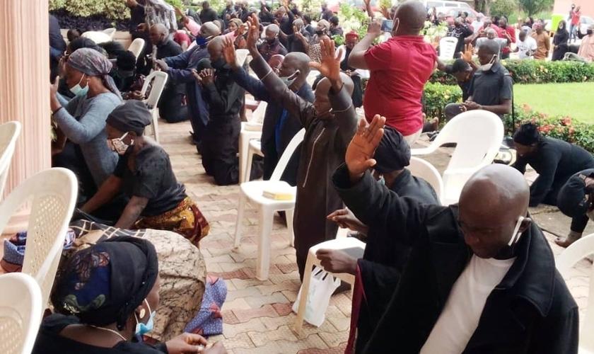 Cristãos fazem orações e protestos pacíficos contra violência na Nigéria. (Foto: Reprodução / Premier)