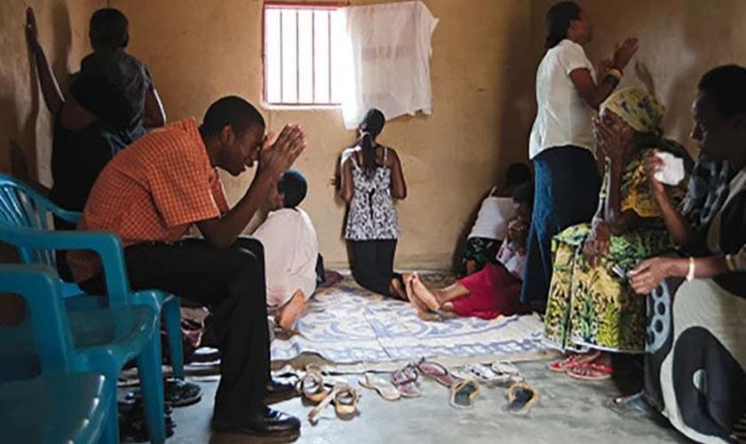 Cristãos oram na África. (Foto: Reprodução / Tyler Hutcherson)