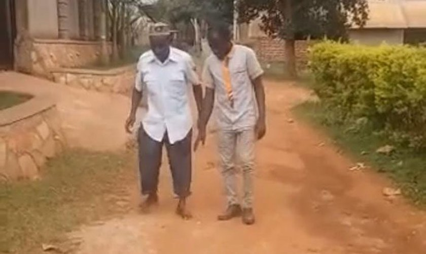 Evangelista Ntale Grace (à direita) testemunha um sobrevivente de acidente de carro (à esquerda) caminhar após anos de paralisia. (Foto: Reprodução / Facebook)