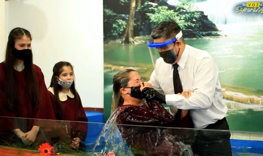O batismo de Ester aconteceu após estudos bíblicos online. (Foto: Igreja Adventista da Argentina)