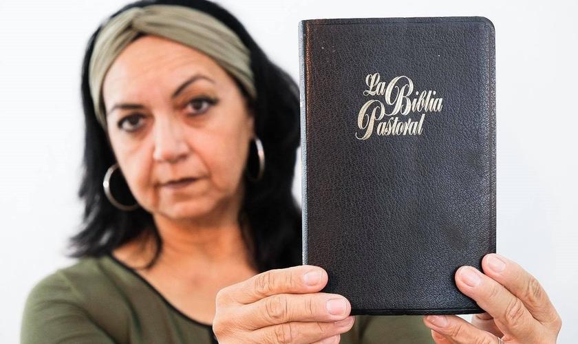 """""""Motivo os cristãos a postar em suas redes sociais uma foto sua com sua Bíblia, e usar hashtag #yocreoenlabiblia"""", escreveu a Pra. Álida Leon em seu Facebook. (Foto: Reprodução / Facebook)"""