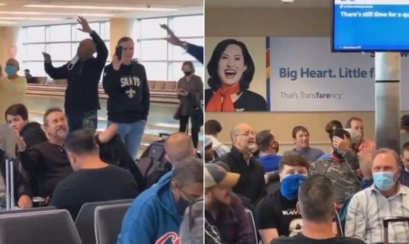 """Passageiros cantam """"Amazing Grace"""" enquanto aguardam voo. (Foto: Reprodução / GOD TV)"""