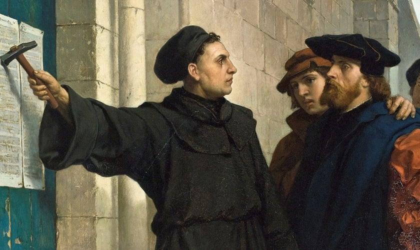 Martinho Lutero pregando as 95 teses na porta da igreja em Wittenberg, na Alemanha.