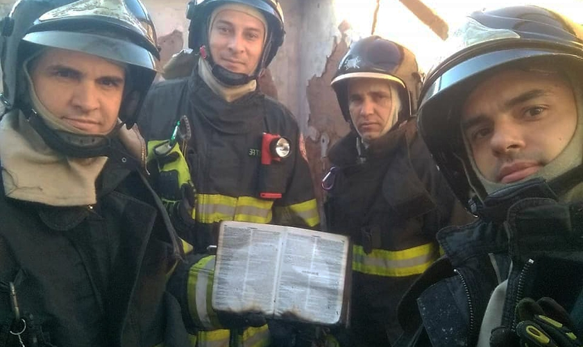 Bombeiros de Jaboticabal (SP) encontraram a Bíblia intacta. (Foto: Reprodução/Facebook/Sylvestre Natiele Vicentte Heitor)