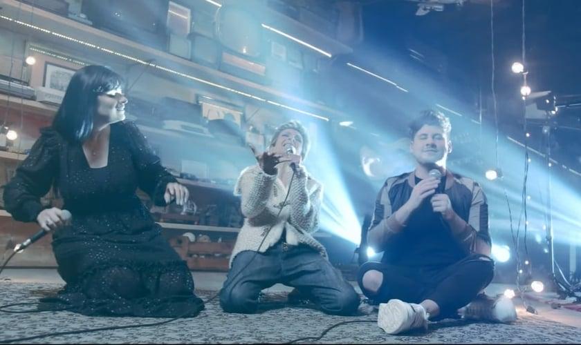"""Fernanda Brum, Ludmila Ferber e Marcos Freire estão juntos na nova versão de """"Ouço Deus me Chamar"""". (Imagem: YouTube / Reprodução)"""