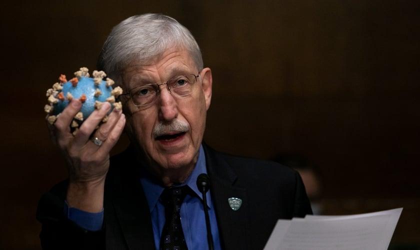 O diretor dos Institutos Nacionais da Saúde dos EUA, Francis Collins, segura um modelo do coronavírus em audiência sobre vacina no Senado americano. (Foto: Graeme Jennings-Pool/Getty Images)