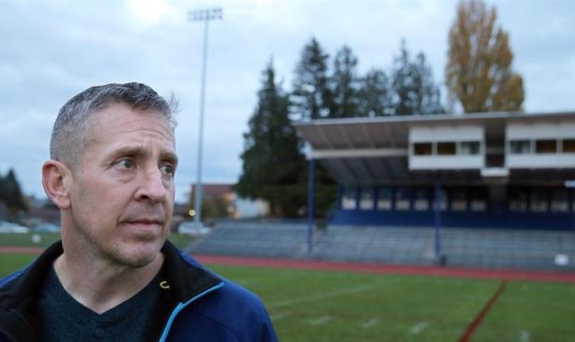 Um distrito escolar dos EUA demitiu o técnico de futebol Joe Kennedy por causa de sua oração. (Foto: Larry Steagall/Kitsap Sun)