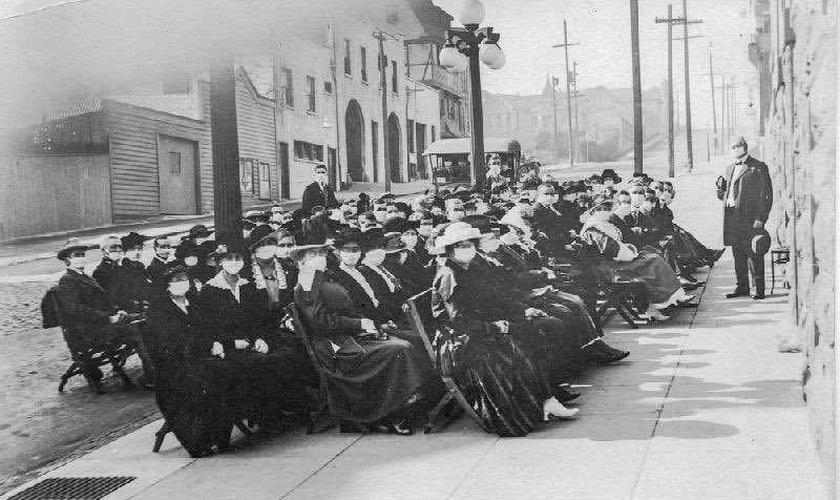 Culto ao ar livre em São Francisco durante a pandemia da Gripe Espanhola, em 1918. (Foto: Reprodução/Twitter/Marina Amaral)