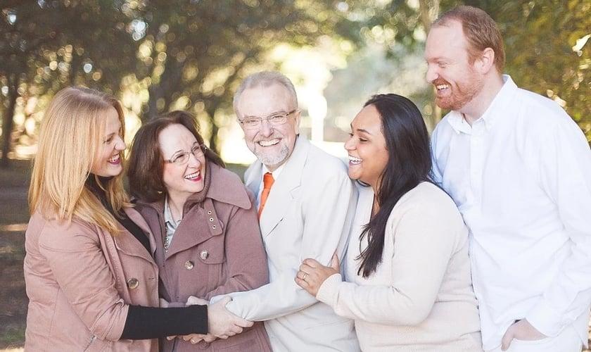 Jamine [de blusa branca] junto com seus pais Clarice e Cláudio e os irmãos Jeison e Jeise. (Foto: Reprodução / Mães Pela Graça)