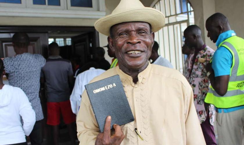 John Okolubo no lançamento do Novo Testamento de Ogbia na Nigéria. (Foto: Benjamin Mordi, Sociedade Bíblica da Nigéria).