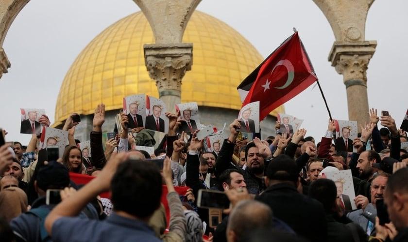 Manifestantes no Monte do Templo seguram bandeiras da Turquia e fotos do presidente Erdogan, em 2017. (Foto: Agência Anadolu)