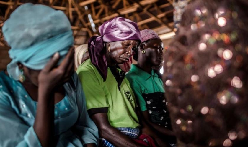 Cristãs oram durante culto, na Igreja Ecwa, Kajuru, estado de Kaduna, Nigéria, 2019. (Foto: Luis Tato/AFP/Getty Images)