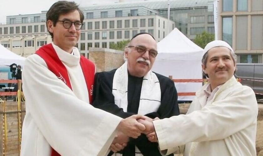 Da esquerda para a direita, o pastor Gregor Hohberg, o rabino Andreas Nachama e o Imam Kadir Sanci, na cerimônia de inauguração do edifício ecumênico 'House Of One', em 27 de maio de 2021. (Foto: Wolfgang Kumm/DPA/AFP)