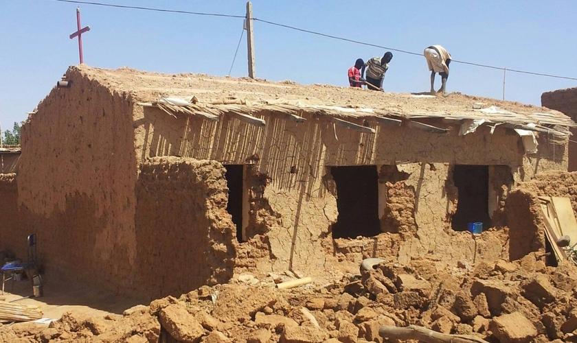 Igreja de Cristo Sudanesa sendo demolida em 2014. (Foto: Reprodução / Morning Star News)