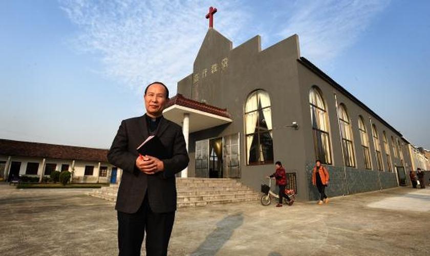 Chang Wong se surpreendeu ao encontrar sua pequena congregação transformada numa grande igreja, após 18 anos. (Foto: Bible Society).