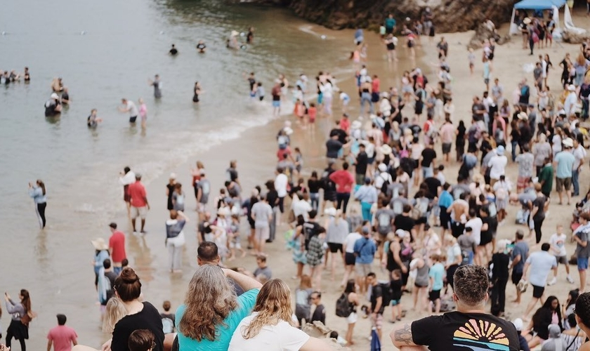 Mais de 1.200 pessoas foram batizadas no sul da Califórnia. (Foto: Tom Price/Calvary CCH)