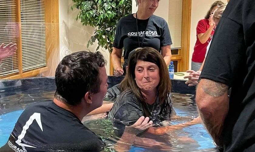 A mulher curada decidiu entregar sua vida a Cristo e foi batizada nas águas. (Foto: Reprodução/Facebook).