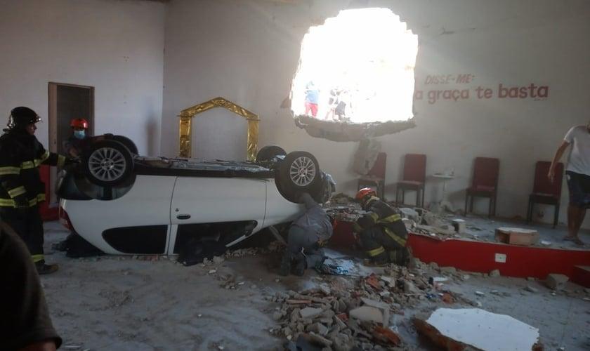 Carro destruiu parte de igreja em Votorantim. (Foto: Arquivo pessoal).