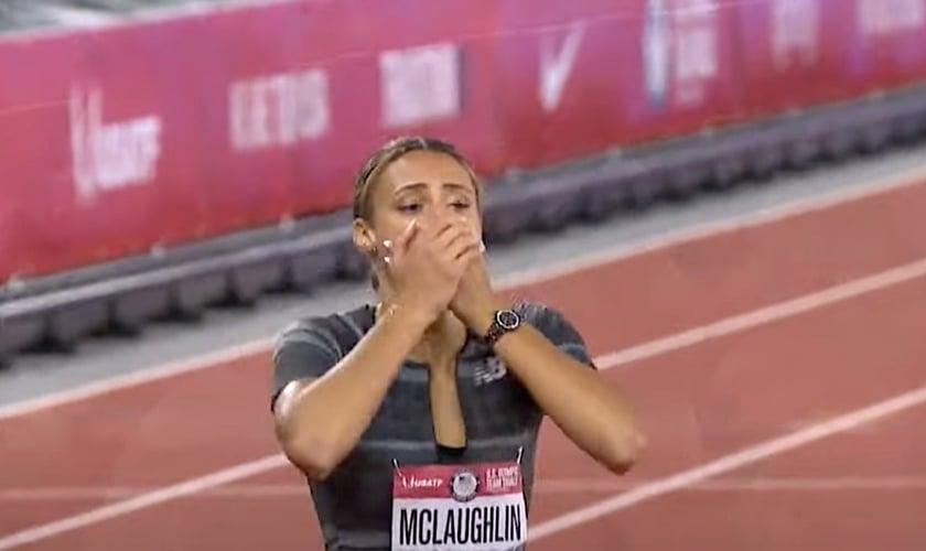 Sydney McLaughlin depois de correr 51,90 nos 400 metros femininos, em 28 de junho de 2021. (Foto: YouTube/NBC Sports)
