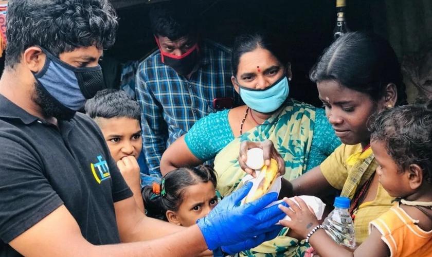 Voluntários distribuem alimentos para trabalhadores migrantes em Bengaluru. (Foto: Love Your Neighbour Network)