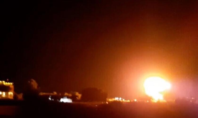 Explosão acima de edifícios no sul de Gaza, quando aviões israelenses atingiram um local do Hamas, em 17 de junho de 2021. (Foto: Reprodução)