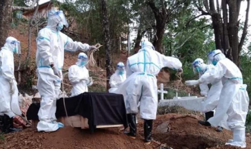 Voluntários enterram o corpo de vítima de Covid em Tonzang, Estado de Chin, em 3 de junho. (Foto: Reprodução / Tonzang Awging)