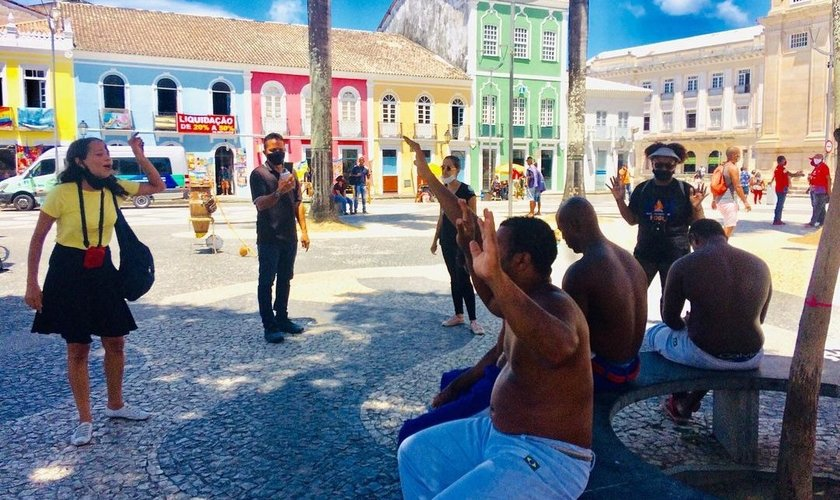 Evangelistas durante pregação pública em Salvador, na Bahia. (Foto: Evangelismo Por Fogo)