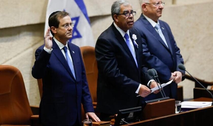 Eleito 11º presidente de Israel, Isaac Herzog (à esquerda) faz juramento sobre a Bíblia. (Foto: Yonatan Sindel / FLASH90)