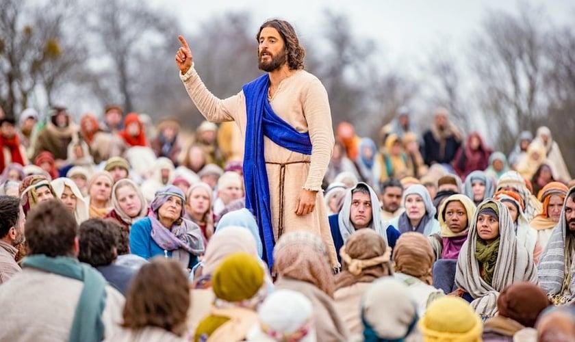 """Jesus, interpretado pelo ator Jonathan Roumie, faz um sermão para milhares de seguidores no final da 2ª temporada de """"The Chosen"""". (Foto: Angel Studios)."""