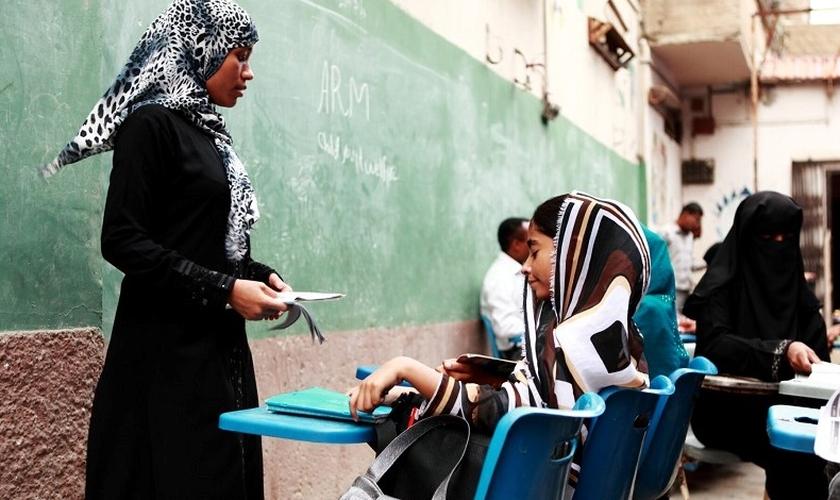 Professora dá aula na Escola de Rua administrada pelo bem-estar infantil e juvenil da ARM, em Karachi, Paquistão. (Foto: Reprodução / International Christian Concern)