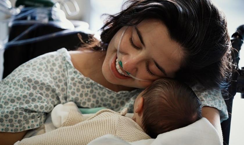 Após ser intubada e precisar da ECMO por duas vezes, Vitória abraçou o filho após 20 dias separados. (Foto: Andressa Cassetti)