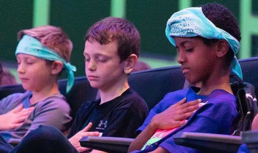 """Crianças oram enquanto se entregam suas vidas a Jesus no """"Summer Fest"""". (Foto: Reprodução / 7 Hills Church)"""