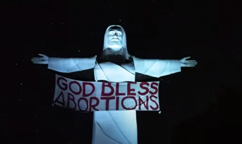 """Estátua do Cristo do Ozarks, localizada perto de Eureka Springs, no Arkansas, com a faixa """"Deus abençoe os abortos"""". (Foto: Reprodução/YouTube KFSM-TV)"""
