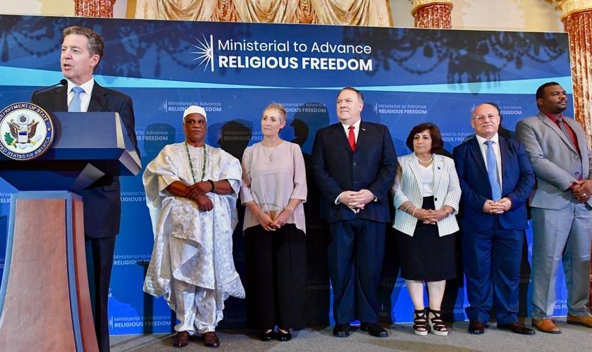 O Embaixador Geral para a Liberdade Religiosa Internacional, Sam Brownback, em uma recepção em homenagem aos ganhadores do Prêmio Internacional de Liberdade Religiosa inaugural, em 2019. (Foto: Departamento de Estado)