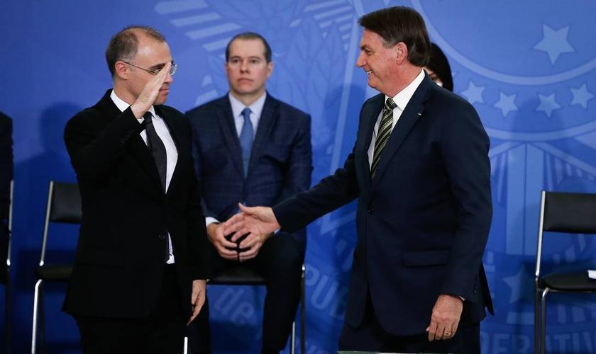 O presidente Jair Bolsonaro cumprimenta André Mendonça durante cerimônia de posse dele no Ministério da Justiça. (Foto: Pablo Jacob / Agência O Globo)
