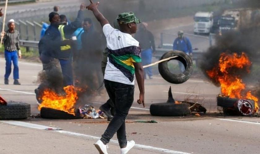 Defensores do ex-presidente sul-africano Jacob Zuma bloqueiam estradas com pneus em chamas. (Foto: Reprodução / BBC)