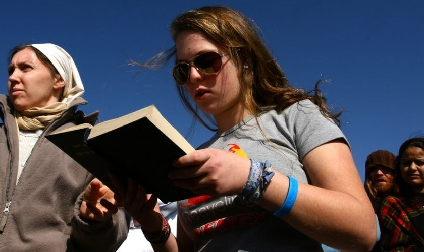 Imagem de uma mulher lendo a Bíblia. (Foto: Chen Leopold/Flash90)