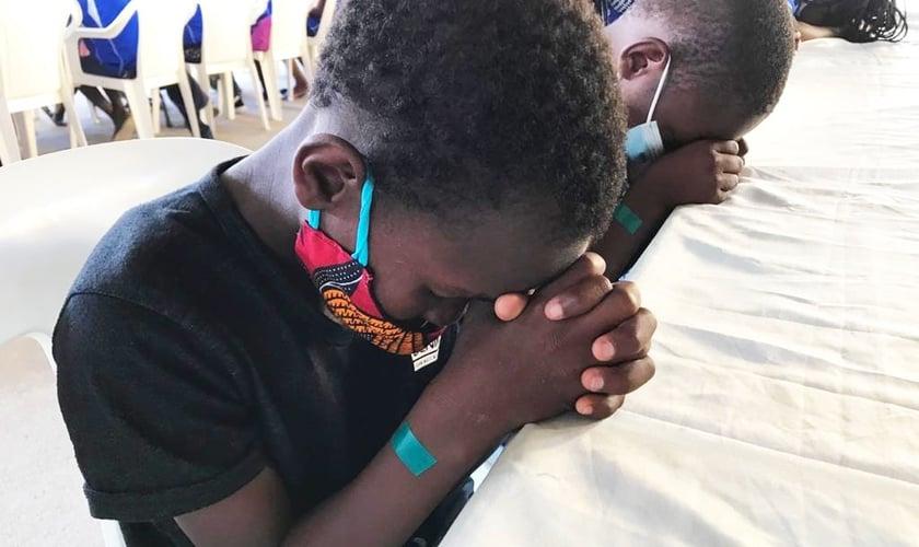 Crianças carentes têm sido impulsionadas pelo Centro de Acolhimento Ebenézer, em Moçambique. (Foto: Missão Mãos Estendidas)