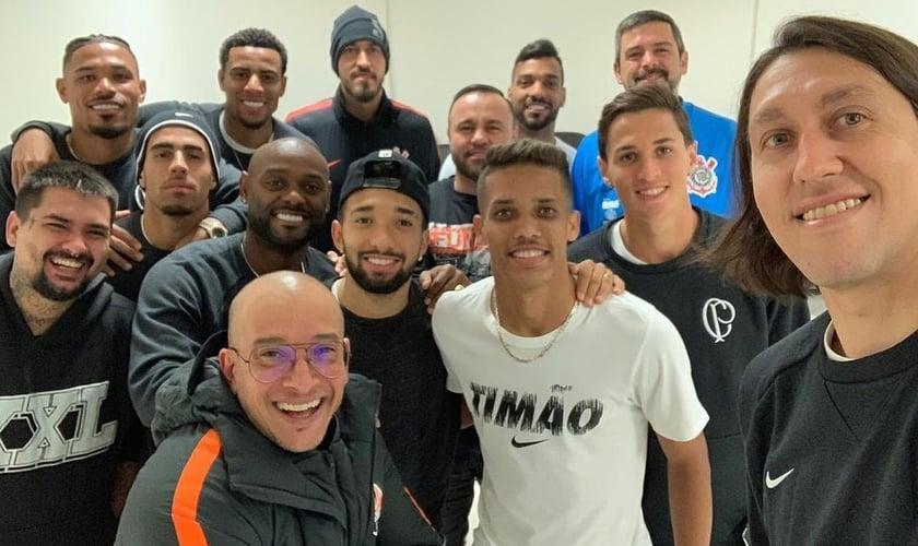 O pr. Vagner Lopes (abaixo) liderava cultos com jogadores do Corinthians. (Foto: Instagram)