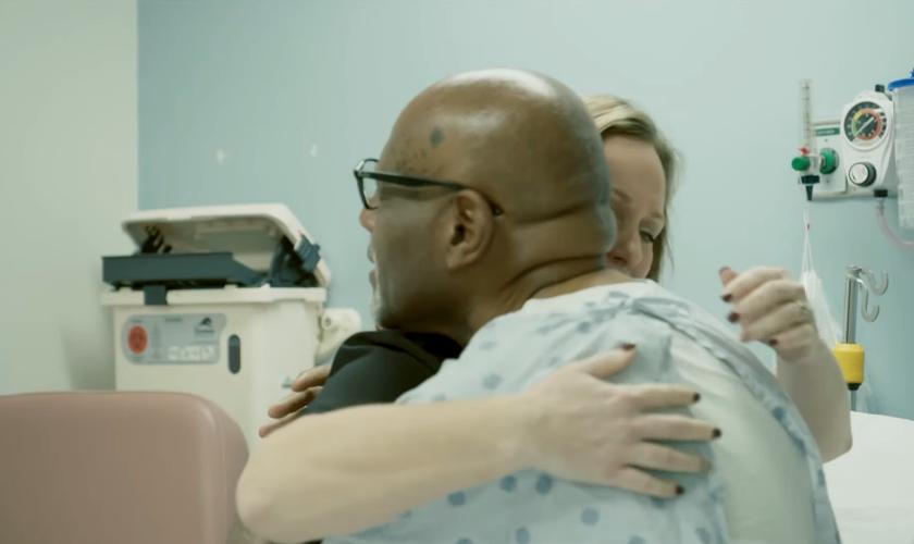 Maurice Hillard abraça a enfermeira Ashley Basinger. (Foto: YouTube/700 Club Interactive)